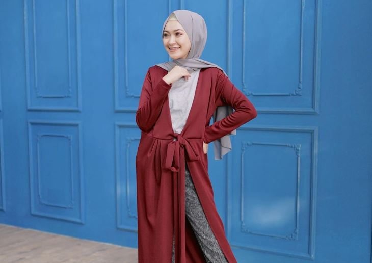 https: img.okezone.com content 2020 08 11 617 2260594 7-inspirasi-ootd-dengan-rok-ala-hijaber-sari-endah-pratiwi-aGTw8fn3Xl.JPG