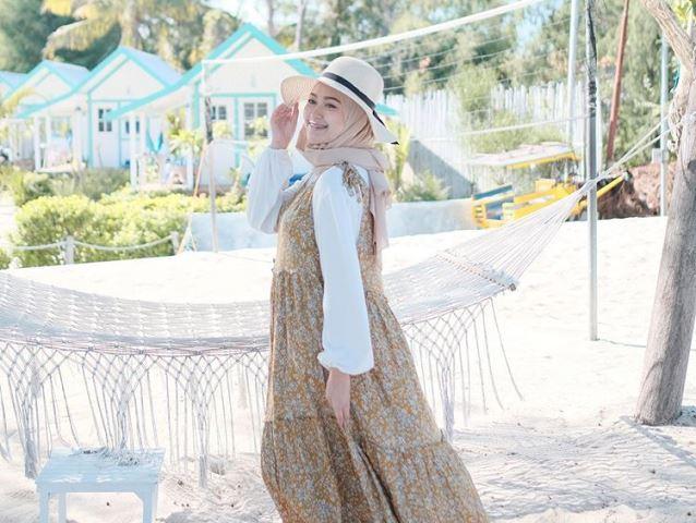 https: img.okezone.com content 2020 08 12 617 2260865 5-inspirasi-outfit-hijaber-ke-pantai-ala-selebgram-sari-endah-pratiwi-pqYwB8qMl4.jpg