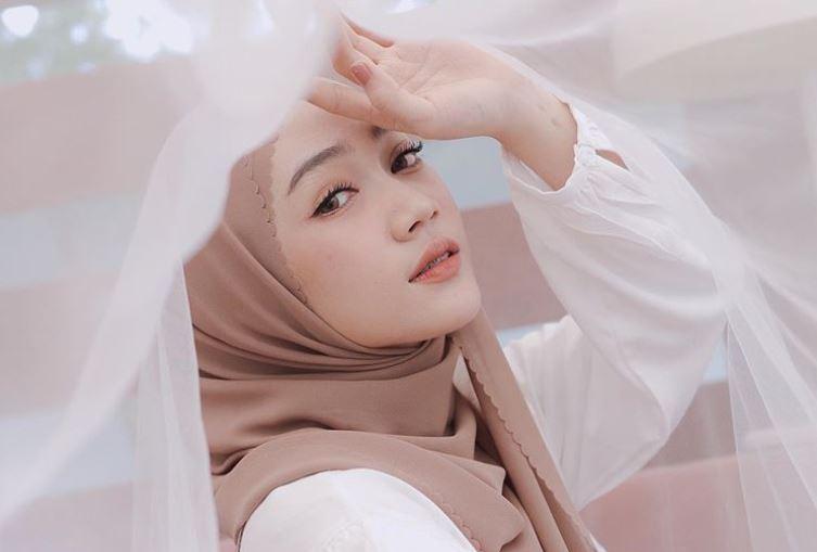 https: img.okezone.com content 2020 08 12 617 2260875 mix-and-match-outfit-hijab-bernuansa-coklat-ala-selebgram-sinta-sri-antan-HwlRNVLSdn.JPG
