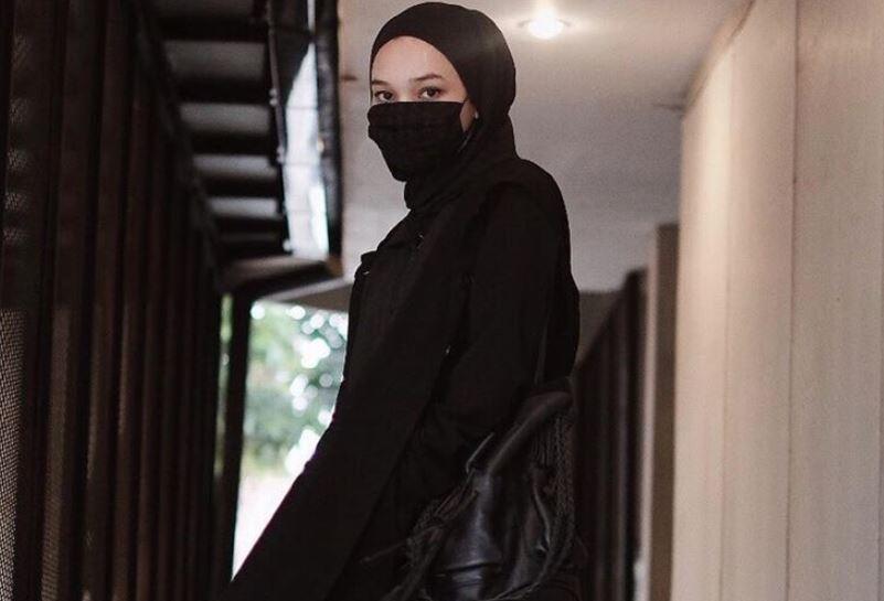 https: img.okezone.com content 2020 08 12 617 2261012 ootd-serba-hitam-ala-hijaber-soraya-ulfa-faisal-B7Npqcg15n.JPG