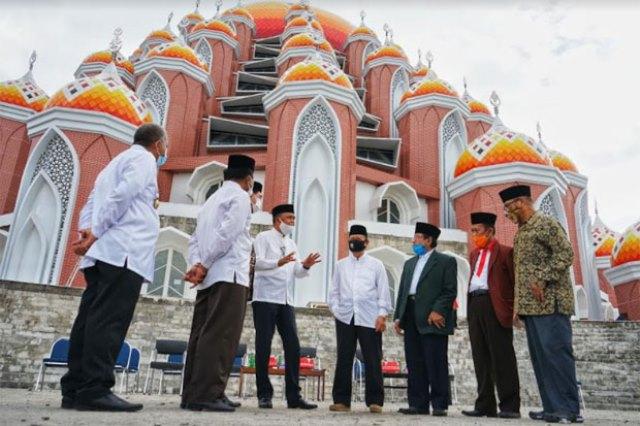 https: img.okezone.com content 2020 08 13 614 2261458 masjid-99-kubah-belum-rampung-tokoh-agama-sepakat-tunda-aktivitas-ibadah-GIKaFI3M6Z.jpg
