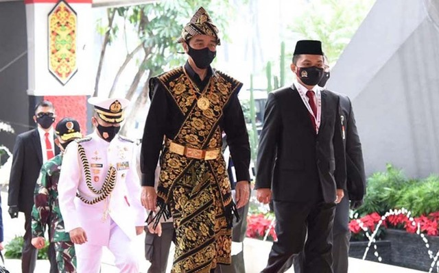 https: img.okezone.com content 2020 08 14 337 2262164 pujian-ketua-dpr-kepada-presiden-jokowi-yang-selalu-kenakan-pakaian-adat-dGRVg77QSb.jpg
