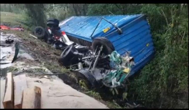 https: img.okezone.com content 2020 08 14 525 2262076 tabrakan-3-truk-besar-di-tol-purbalenyi-2-pengemudi-tewas-tzXIdzaaHv.jpg