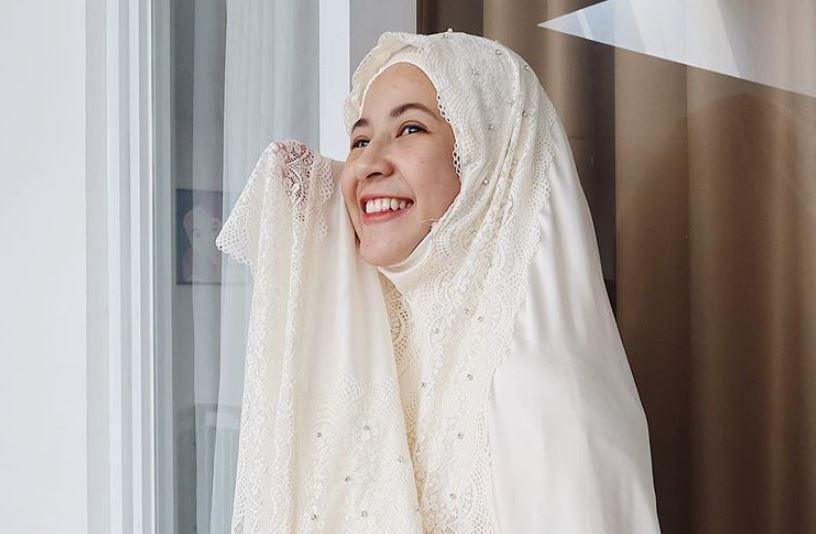 https: img.okezone.com content 2020 08 14 617 2261970 layering-style-keren-ala-hijaber-natasha-rizky-PjcgEcGRpq.JPG