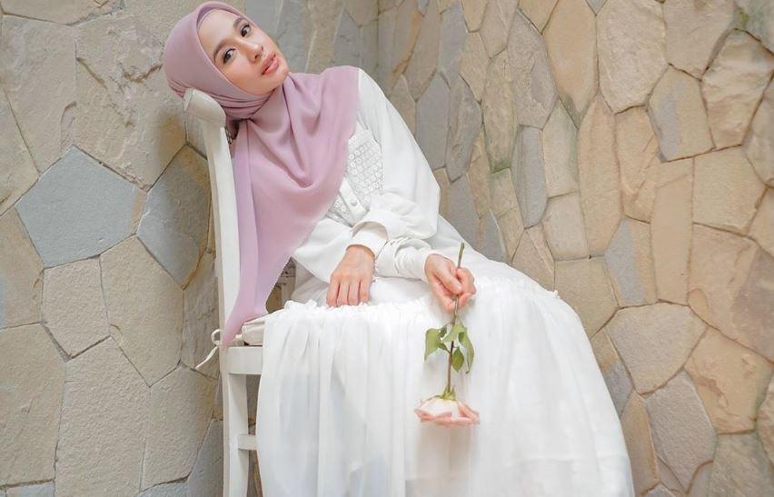 https: img.okezone.com content 2020 08 14 617 2262464 5-inspirasi-outfit-syar-i-ala-laudya-cynthia-bella-bikin-adem-48F9xCbOSq.JPG