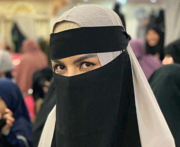 https: img.okezone.com content 2020 08 15 614 2262794 inspirasi-hijrah-five-vi-dunia-hampa-banyak-fitnah-CgDCUJe0Nj.jpg