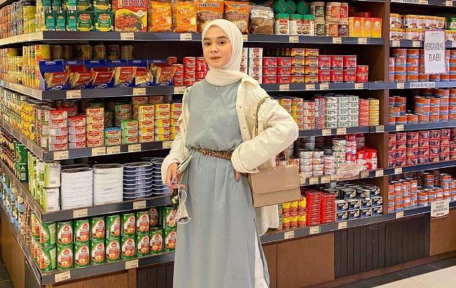 https: img.okezone.com content 2020 08 16 617 2262933 7-gaya-minimalis-dengan-outfit-putih-ala-hijaber-yure-zalina-aEua55vIfl.jpg
