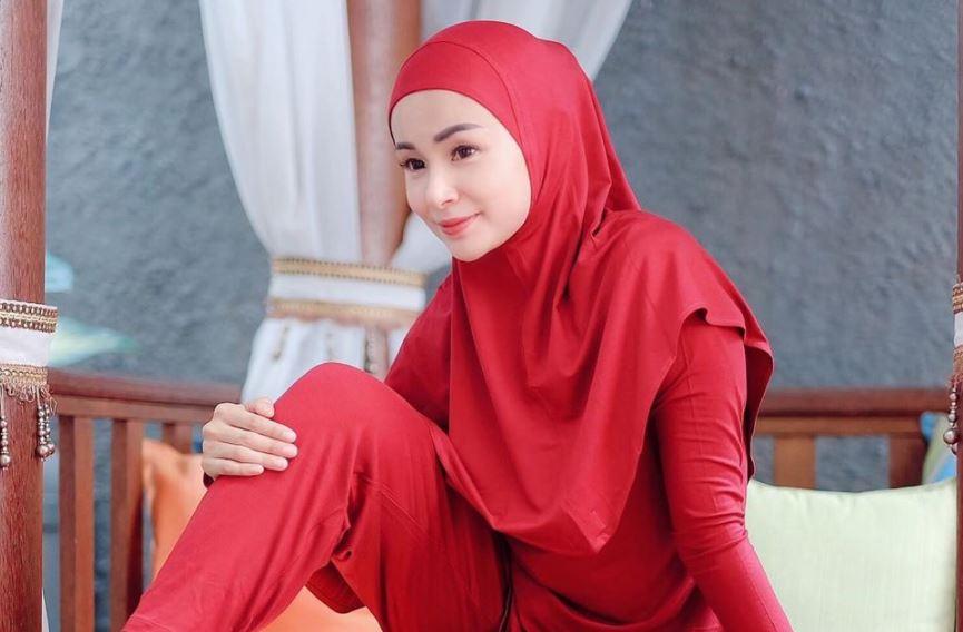 https: img.okezone.com content 2020 08 16 617 2262938 intip-gaya-busana-hijab-feminin-ala-soraya-larasati-quqdIjoNgz.JPG