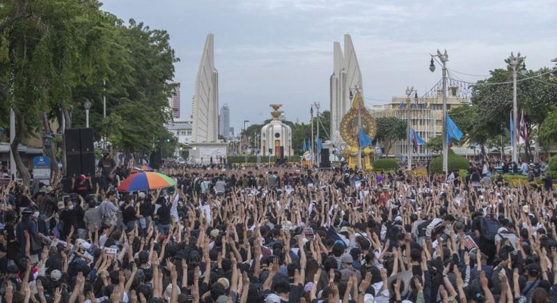 https: img.okezone.com content 2020 08 17 18 2263484 terbesar-sejak-kudeta-10-000-berdemonstrasi-tuntut-perubahan-pemerintah-thailand-TuhZDyylo1.jpg
