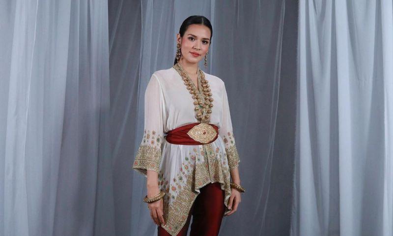 https: img.okezone.com content 2020 08 17 194 2263425 aura-cantik-raisa-ikut-upacara-hut-ke-75-ri-bak-putri-negeri-khayangan-IbsDhatute.jpg