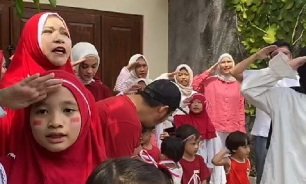 https: img.okezone.com content 2020 08 17 33 2263386 rayakan-kemerdekaan-zaskia-adya-mecca-gelar-upacara-di-rumah-9LNbJJpLrI.jpg