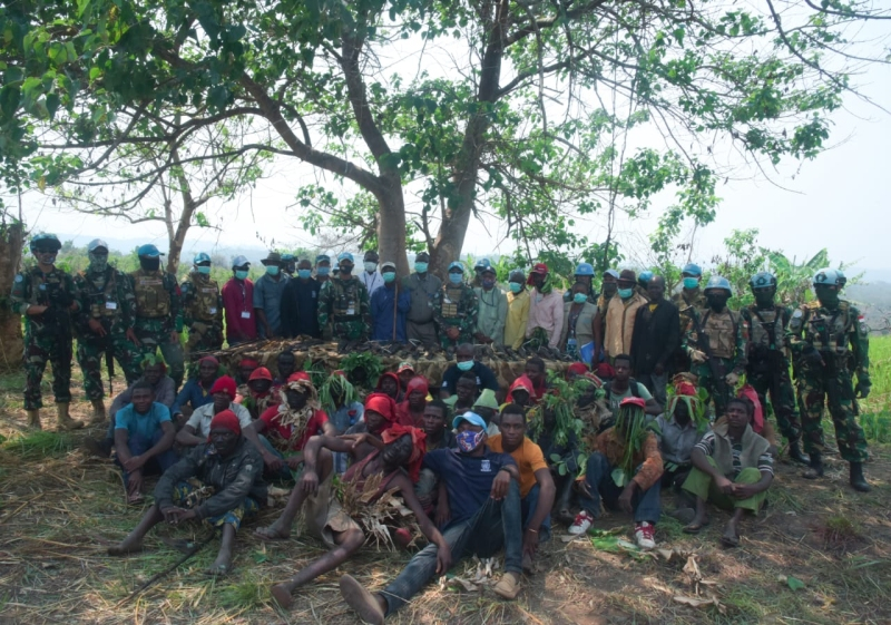 https: img.okezone.com content 2020 08 17 337 2263364 lagi-aksi-prajurit-tni-di-kongo-bikin-puluhan-milisi-bersenjata-bertekuk-lutut-lElpyclPoz.jpg