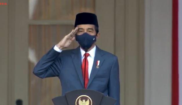https: img.okezone.com content 2020 08 17 337 2263522 presiden-jokowi-kenakan-jas-dan-peci-saat-upacara-penurunan-bendera-nNUd7KV4Gm.jpg