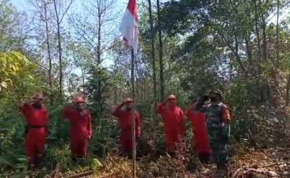 https: img.okezone.com content 2020 08 17 340 2263493 tni-dan-manggala-agni-upacara-hut-ke-75-ri-di-lokasi-kebakaran-lahan-pekanbaru-d9MhtotSTf.jpg