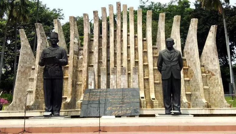 https: img.okezone.com content 2020 08 17 470 2263269 sejarah-pembangunan-tugu-proklamasi-saksi-bisu-kemerdekaan-indonesia-Z4FggXRCp8.jpg
