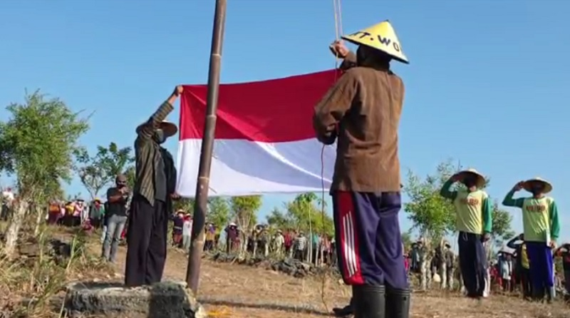 https: img.okezone.com content 2020 08 17 510 2263411 ratusan-petani-gelar-upacara-hut-ke-75-di-hutan-FzOHPOlq2T.jpg