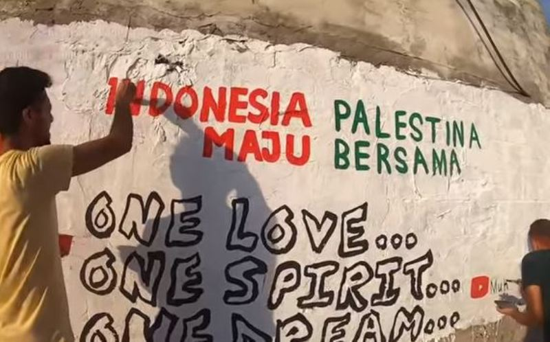 https: img.okezone.com content 2020 08 17 614 2263349 2-seniman-palestina-beri-kado-istimewa-di-hut-ke-75-ri-20HZIMoBQt.JPG