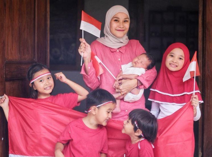 https: img.okezone.com content 2020 08 17 617 2263583 intip-perayaan-hut-ri-ala-hijabers-zaskia-mecca-hingga-natasha-rizki-aBw0Vt1ZzR.JPG
