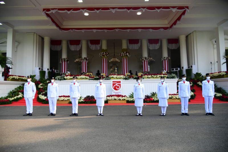 https: img.okezone.com content 2020 08 17 620 2263287 inilah-8-anggota-paskibraka-2020-bertugas-di-upacara-hut-ke-75-ri-cantik-dan-ganteng-ya-h9NbyDRv4k.jpg