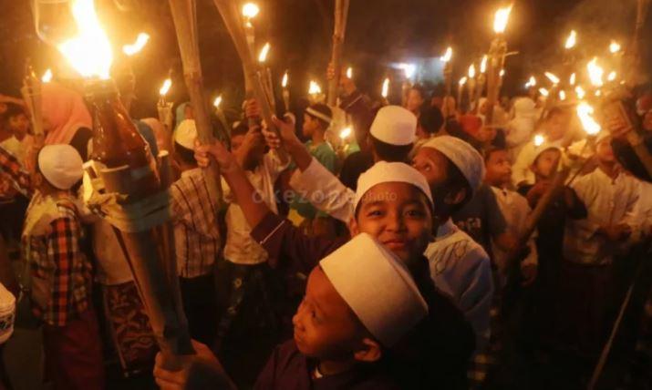 https: img.okezone.com content 2020 08 19 614 2264515 pawai-obor-sambut-tahun-baru-islam-diimbau-jaga-protokol-kesehatan-szlj5WtC71.JPG