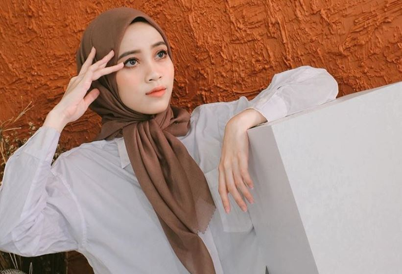 https: img.okezone.com content 2020 08 19 617 2264740 ootd-nuansa-ungu-selebgram-hijab-vina-maulina-6HOL4ZuUKm.JPG