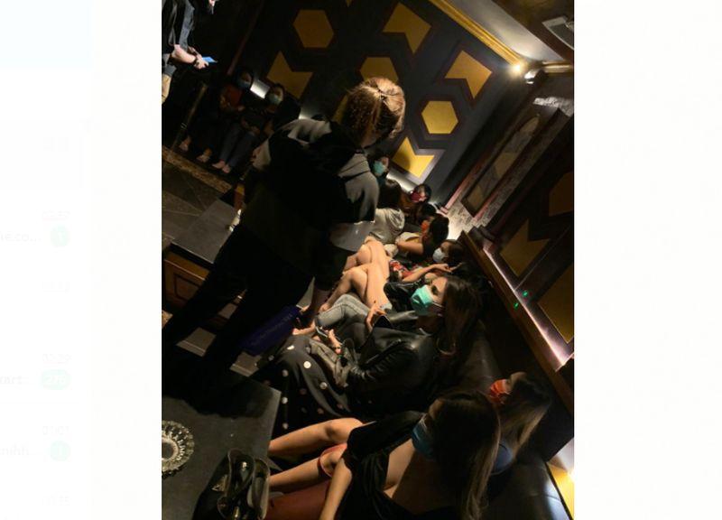 https: img.okezone.com content 2020 08 20 338 2264801 potret-wanita-seksi-yang-diangkut-polisi-dari-tempat-karaoke-bsd-Gpu7pv21ek.jpg