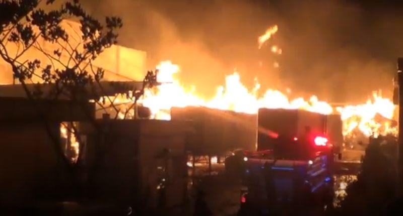 https: img.okezone.com content 2020 08 20 340 2264799 kebakaran-melanda-pabrik-kertas-di-batam-kerugian-ditaksir-ratusan-miliar-rupiah-VJPK9Nun9G.jpg