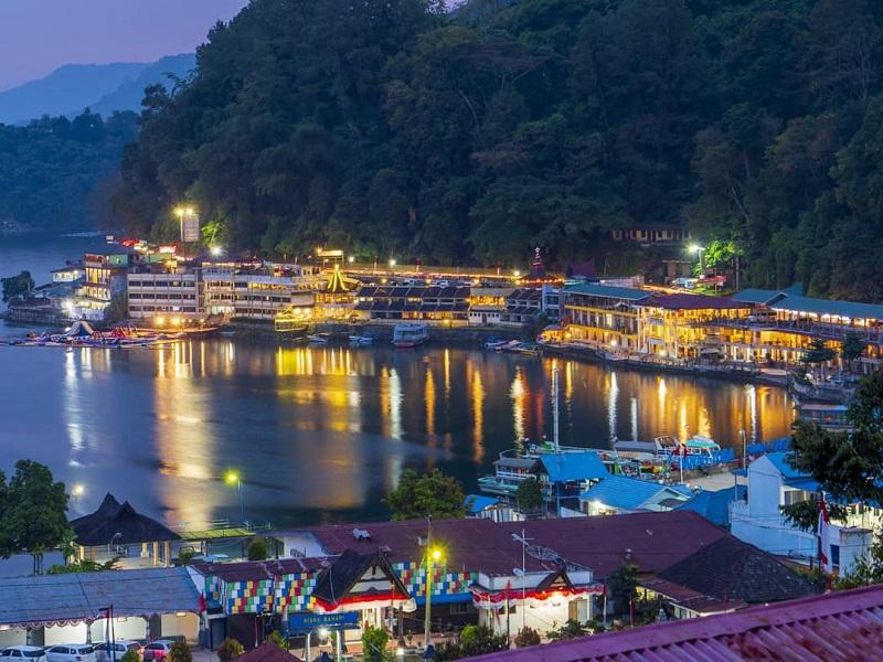 https: img.okezone.com content 2020 08 20 620 2264876 pesona-kampung-warna-warni-tigarihit-destinasi-wisata-baru-di-danau-toba-6XdadNXOIl.jpg
