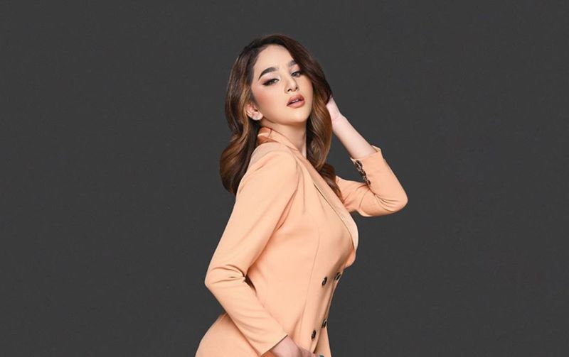 https: img.okezone.com content 2020 08 21 194 2265545 pakai-gaun-ketat-ekspresi-hana-hanifah-bikin-sulit-fokus-3IGv9I48p5.jpg