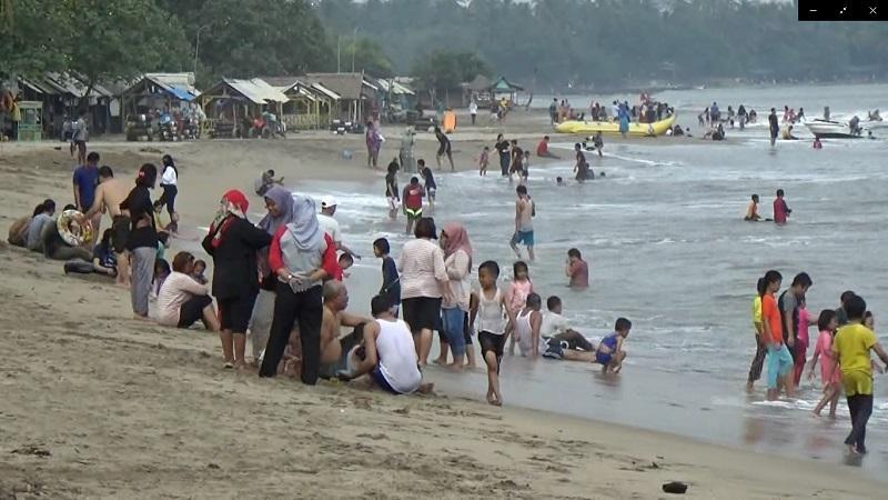 https: img.okezone.com content 2020 08 21 340 2265248 libur-panjang-banyak-wisatawan-tak-kenakan-masker-saat-main-di-pantai-banten-zazMg8sYVf.jpg