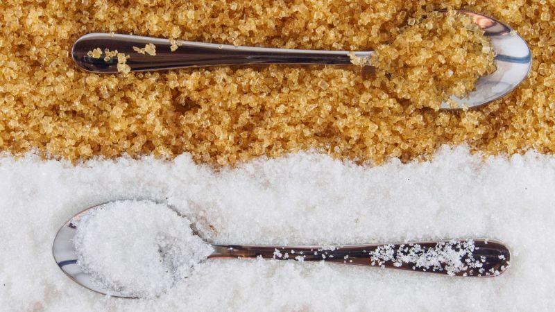 https: img.okezone.com content 2020 08 21 481 2265257 gula-merah-vs-gula-pasir-mana-yang-lebih-baik-untuk-kesehatan-aZUUGOAEJh.jpg