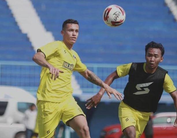 https: img.okezone.com content 2020 08 21 49 2265452 pemain-muda-asal-brasil-milik-arema-fc-senang-berpeluang-perkuat-timnas-indonesia-8WGiAhztOd.JPG