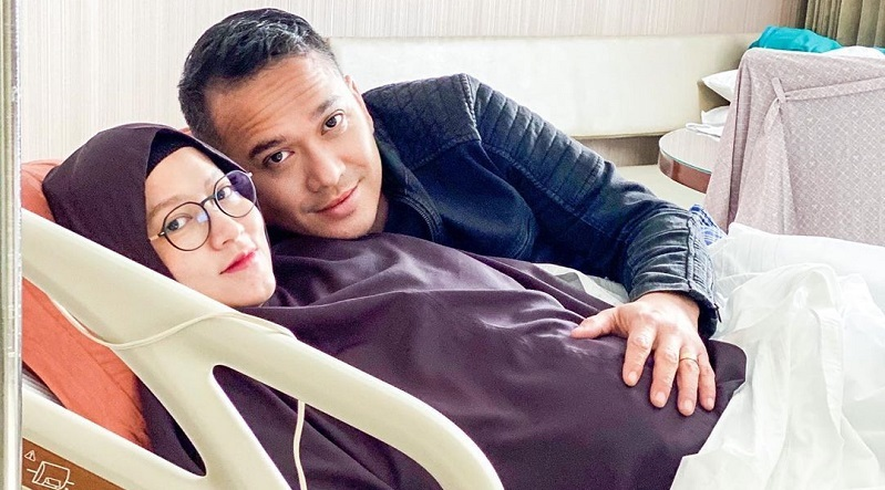 https: img.okezone.com content 2020 08 22 33 2265640 7-tahun-menikah-lyra-virna-dan-fadlan-muhammad-resmi-jadi-orang-tua-PPiiA2vjoI.jpg