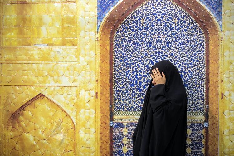 https: img.okezone.com content 2020 08 22 330 2265671 muslimah-wajib-berhijab-untuk-jaga-kemuliaan-sebagai-perempuan-waYcnWaLEr.jpg