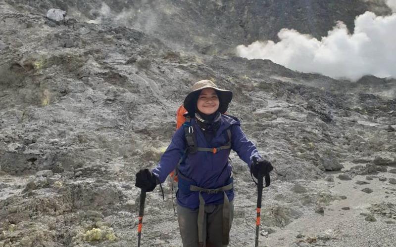 https: img.okezone.com content 2020 08 22 340 2265653 cerita-pendaki-cilik-tempuh-144-jam-menuju-puncak-gunung-patah-di-bumi-rafflesia-dsro8UYots.jpg