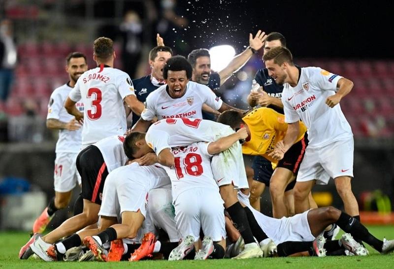 https: img.okezone.com content 2020 08 22 51 2265604 sevilla-jaga-rekor-100-juara-di-final-liga-eropa-HpYLL9jQ32.jpg