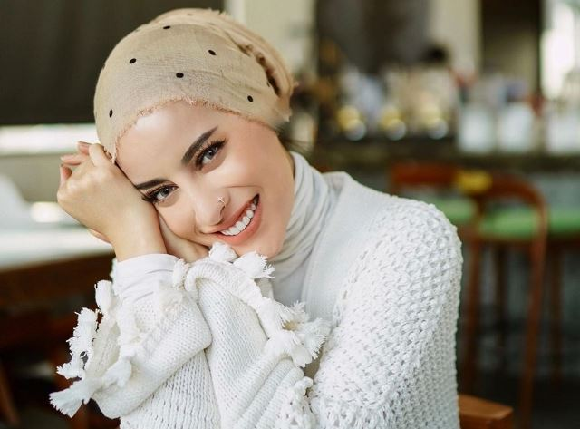https: img.okezone.com content 2020 08 22 617 2265797 5-gaya-hijab-turban-ala-aghnia-punjabi-minimalis-hingga-monokrom-WNFwQ2YtaP.jpg