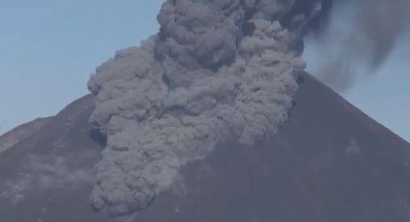 https: img.okezone.com content 2020 08 23 608 2266106 gunung-sinabung-erupsi-awan-panas-meluncur-sejauh-1-000-meter-dRvNe2GZLm.jpg