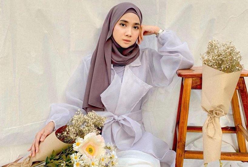 https: img.okezone.com content 2020 08 23 617 2265974 padu-padan-busana-hijab-dengan-jaket-denim-ala-richa-etika-ulhaq-ZmiQpmrM42.JPG
