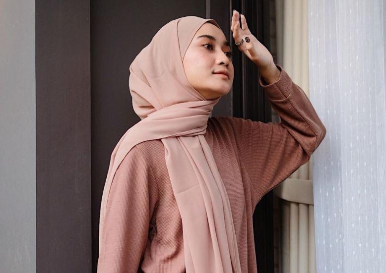 https: img.okezone.com content 2020 08 23 617 2266044 5-tampilan-kece-dengan-outer-ala-hijaber-alifia-diannisa-JygdhioFNl.JPG