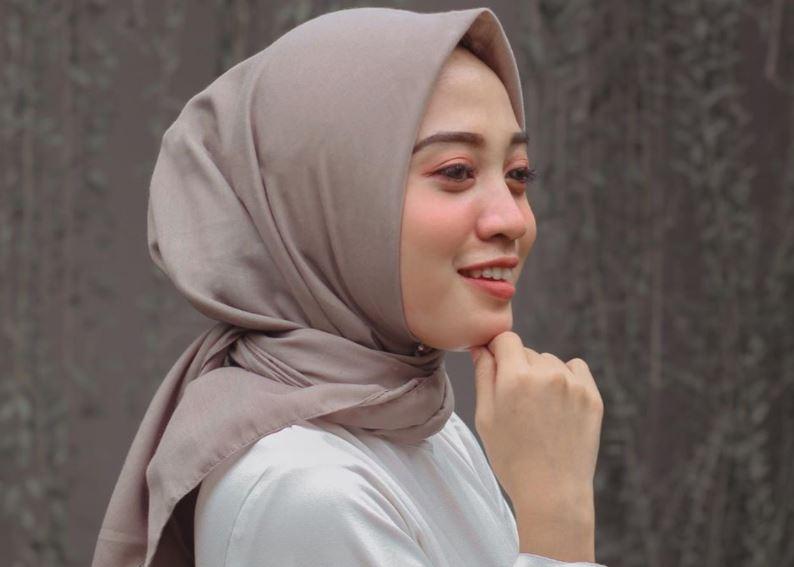 https: img.okezone.com content 2020 08 23 617 2266068 ootd-ideal-untuk-di-pantai-ala-selebgram-hijab-desiana-suryani-5Jw3YtiLqr.JPG