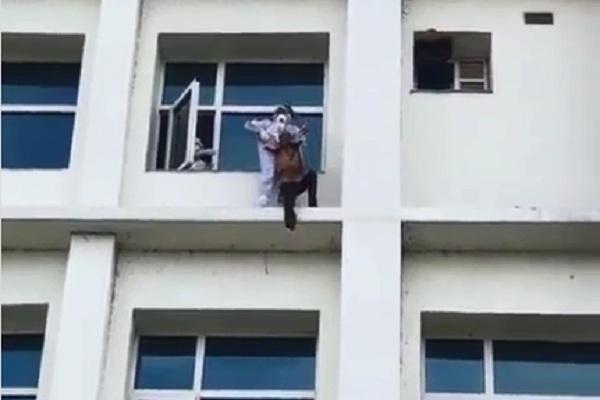 https: img.okezone.com content 2020 08 24 18 2266760 dokter-india-pertaruhkan-nyawa-selamatkan-pasien-covid-19-yang-akan-lompat-bunuh-diri-wYP6XRjpKT.jpg