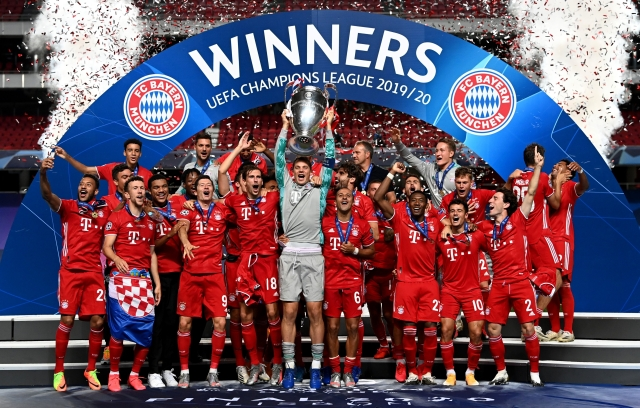 https: img.okezone.com content 2020 08 24 261 2266418 pose-konyol-pemain-cadangan-bayern-munich-dengan-piala-liga-champions-UhUw6Ft5cL.jpg