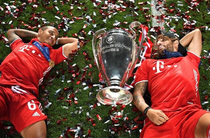 https: img.okezone.com content 2020 08 24 261 2266680 pemain-bayern-munich-ejek-neymar-dalam-perayaan-kemenangan-liga-champions-fZXBep2yEQ.jpg