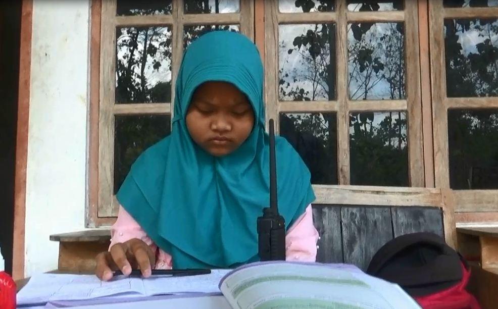 https: img.okezone.com content 2020 08 24 510 2266319 siswanya-tak-punya-handphone-sekolah-ini-belajar-gunakan-handy-talky-OvAKdVIotU.jpg