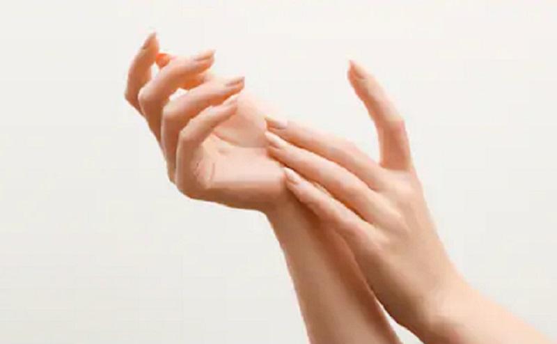 https: img.okezone.com content 2020 08 24 611 2266545 solusi-tangan-anti-lengket-karena-lotion-pakai-body-brush-saja-pyGxAiQ47i.jpg