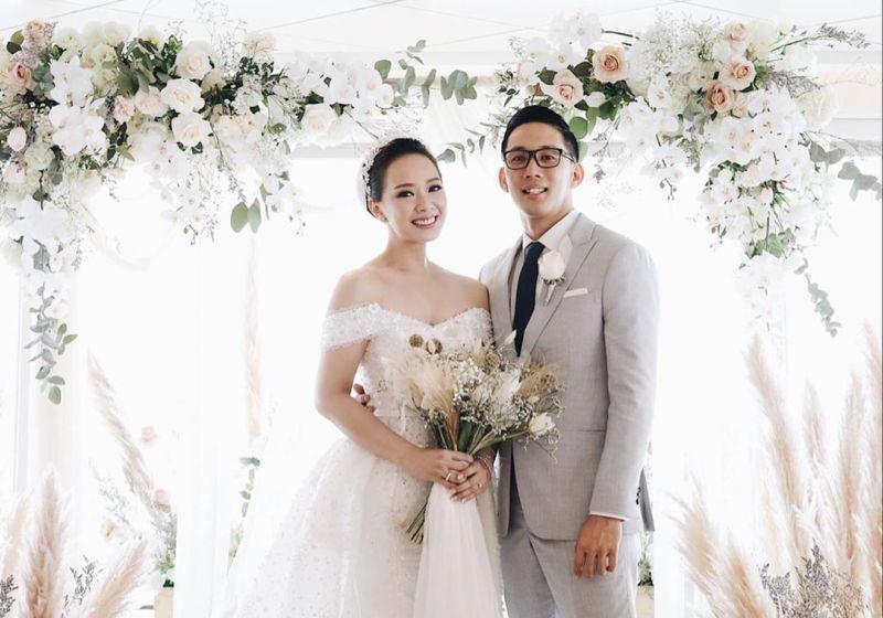 https: img.okezone.com content 2020 08 24 612 2266393 dekorasi-pernikahan-rustic-banyak-digemari-4-artis-ini-pun-kepincut-rtvqqMT0Ng.jpg