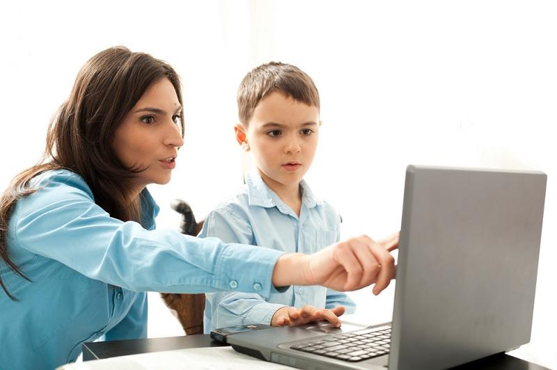 https: img.okezone.com content 2020 08 24 612 2266602 cegah-anak-kecanduan-gadget-psikolog-orangtua-pegang-kekuasaan-penuh-pa59MfRHjB.jpg