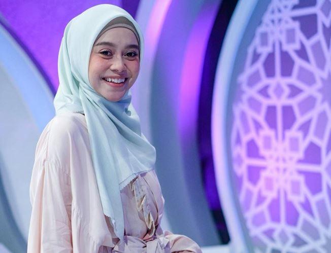https: img.okezone.com content 2020 08 24 617 2266465 intip-5-inspirasi-gaya-hijab-lesty-kejora-j2ua8fbT6v.JPG
