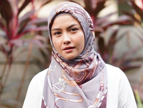https: img.okezone.com content 2020 08 24 617 2266696 4-gaya-hijab-revalina-s-temat-simpel-dan-cantik-FEQ4dnZMWh.JPG